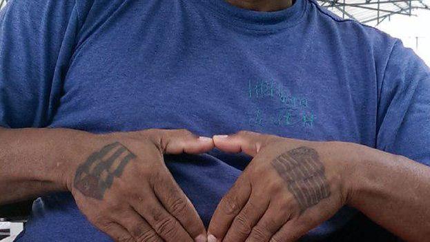 En sus manos, Daniel Llorente lleva tatuadas las banderas de Cuba y Estados Unidos. (Cortesía)