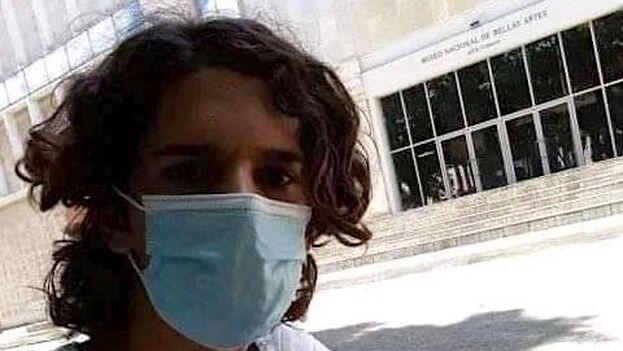 El joven actor Daniel Triana fue la única persona que pudo llegar al lugar de la convocatoria y fue arrestado en la misma entrada del Museo Nacional de Bellas Artes. (Facebook)