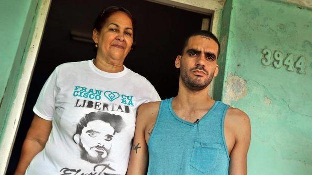 """El grafitero cubano Danilo Maldonado, """"El Sexto"""", posa junto a su madre, María Victoria Machado, en su casa en La Habana. (EFE)"""