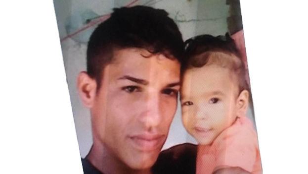 David Yamir González, de 23 años, junto a su hijo más pequeño. (14ymedio)