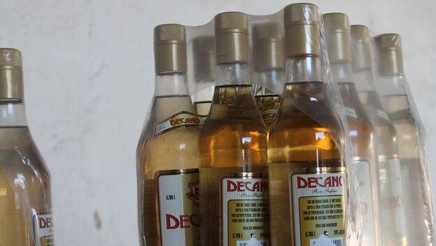 El ron Decano, fabricado en Cuba y vendido por las unidades gastronómicas en los mercados estatales, es uno de los productos más vendidos a través de las redes sociales. (Laura Rodríguez)