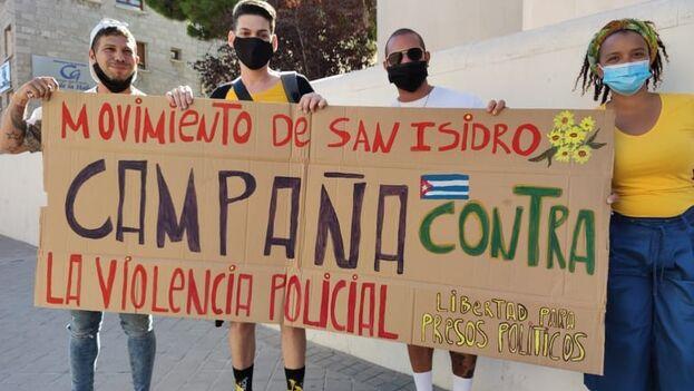 """Decenas de cubanos en Madrid se manifestaron la jornada de este martes ataviados de amarillo """"girasol"""" y con pancartas en contra de la represión. (Yanelys Núñez)"""
