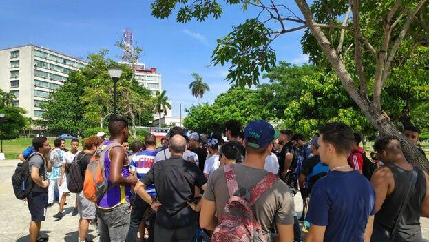 Decenas de personas se dieron cita en las cercanías del Ministerio de Comunicaciones para protestar contra la nueva ley que prohíbe Snet. (14ymedio)