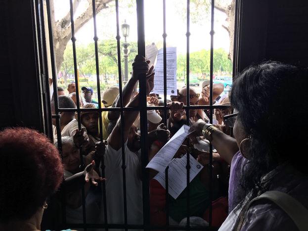 Decenas de personas se agolpaban frente a la ventana de la institución para recoger copias de la Letra del Año. (14ymedio)