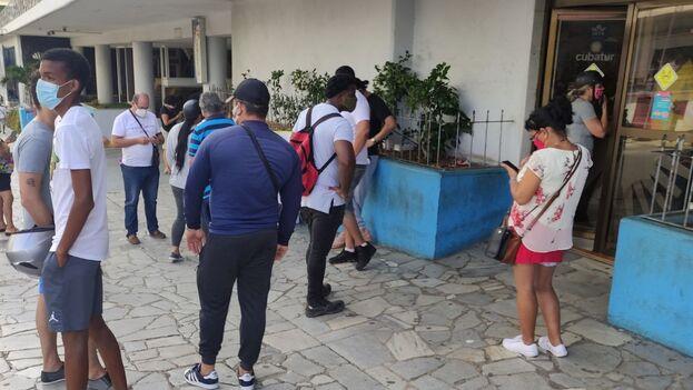 Decenas de clientes hacen largas colas en la oficina de Cubatur ubicada en los bajos del hotel Habana Libre. (14ymedio)