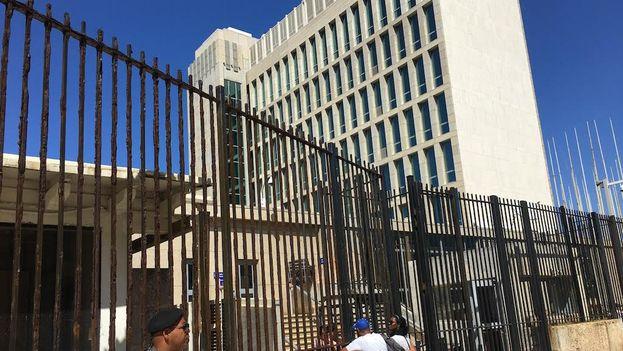 Decenas de solicitantes de visa demandan información a la embajada de EE UU en La Habana. (14ymedio)