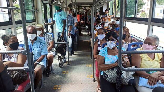 Decenas de personas usan tapabocas en un bus de transporte urbano, en La Habana. (EFE/Ernesto Mastrascusa/Archivo)