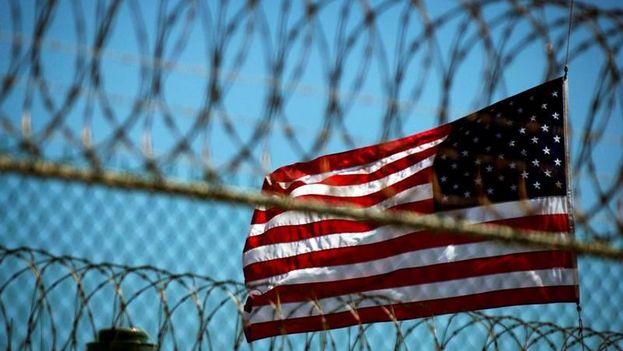 Una bandera estadounidense ondea junto a la alambrada que rodea Campo Delta 5, en la base naval de EE UU en Guantánamo. (EFE)