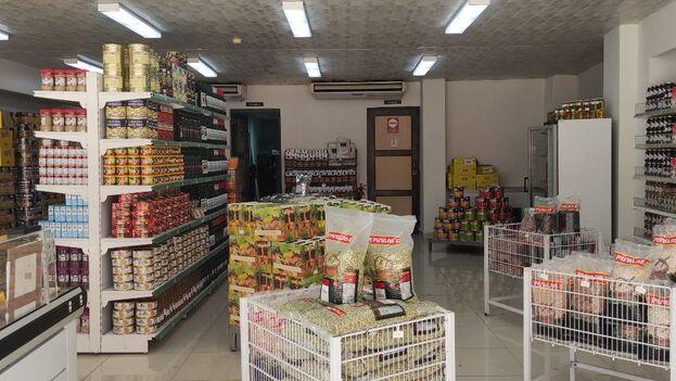 Dentro del local se ven muchos de los productos desaparecidos de las tiendas en pesos: latas de atún, salsa de tomate, pastas, jugos de fruta, miel, ron y vino