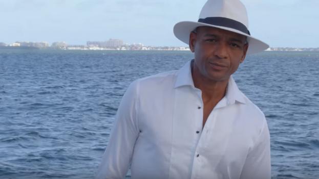 El cantante Descemer Bueno, en un momento del videoclip de 'Libertad y amén'. (Captura)