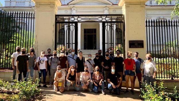 Después de los sucesos de anoche un grupo de artistas ha llegado esta mañana al Ministerio de Cultura para exigir ser atendidos por el ministro Alpidio Alonso Grau. (Cortesía)