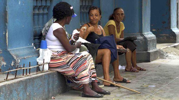 Después de jubilarse, muchos cubanos deben dedicarse a las tareas domésticas o la venta de productos en el mercado informal. (14ymedio)
