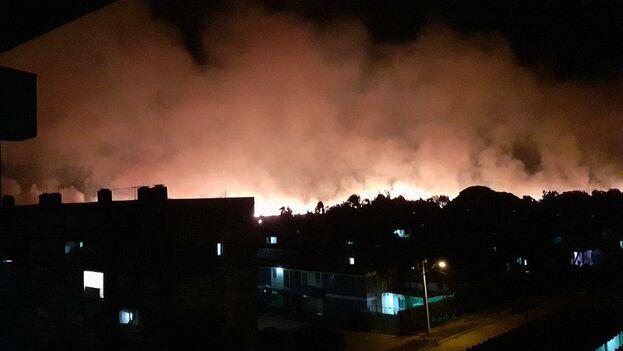 Después de horas ardiendo, los bomberos pudieron aplacar las llamas cerca de las tres de la madrugada de este miércoles. (Faceboo/Yudel López Pérez)