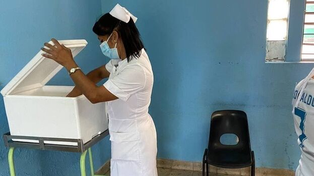 Después de responder algunas preguntas, ya era solo dar unos pasos hacía donde estaba la enfermera y recibir la inyección. (14ymedio)