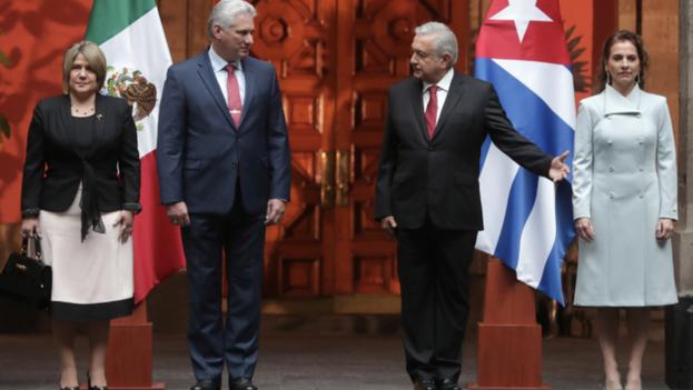 El mandatario cubano Miguel Díaz-Canel y su homólogo mexicano, Andrés Manuel López Obrador, flanqueados por sus respectivas esposas, durante una visita oficial del primero en 2019. (Presidencia de la República)