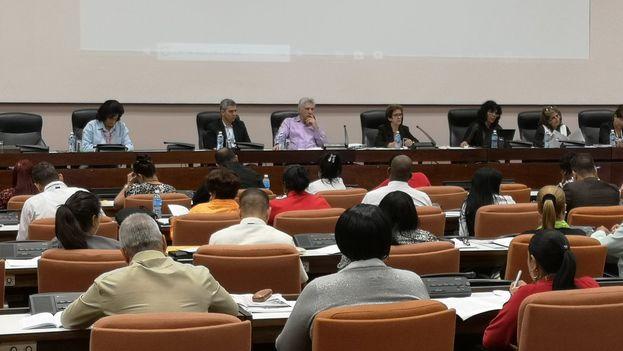 El presidente Díaz-Canel n la Comisión de atención a los servicios de la Asamblea Nacional debatiendo sobre la política para la informatización de la sociedad. (@DiazCanelB)