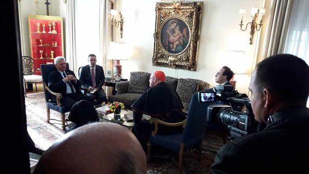 El gobernante cubano, Miguel Díaz-Canel, en una reunión con la máxima autoridad religiosa de la Iglesia Católica en Nueva York, Timothy Michael Dolan. (Twitter)