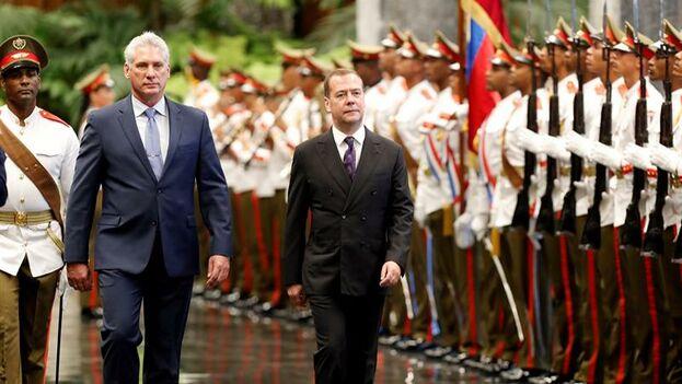Miguel Díaz-Canel Bermúdez con el primer ministro de Rusia, Dmitri Medvédev en el Palacio de la Revolución. (EFE/ Ernesto Mastrascusa)