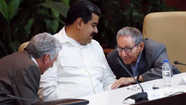 El mandatario cubano, Miguel Díaz-Canel, junto al gobernante venezolano Nicolás Maduro y Raúl Castro en La Habana. (Martí Noticias)