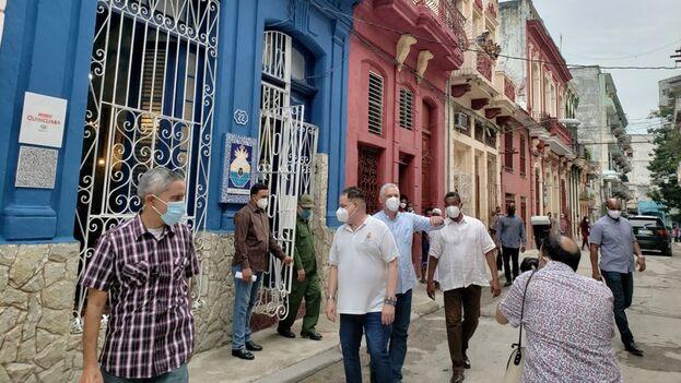 Díaz-Canel saliendo de la sede del proyecto Quisicuaba, rodeado de su equipo de seguridad. (Presidencia Cuba/Twitter)