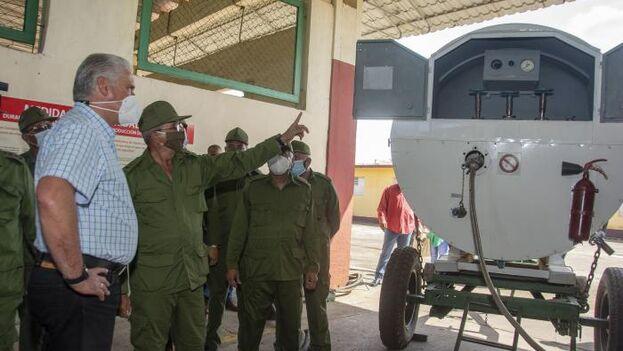 Díaz-Canel de visita en la planta de San Antonio de los Baños este lunes. (Granma)