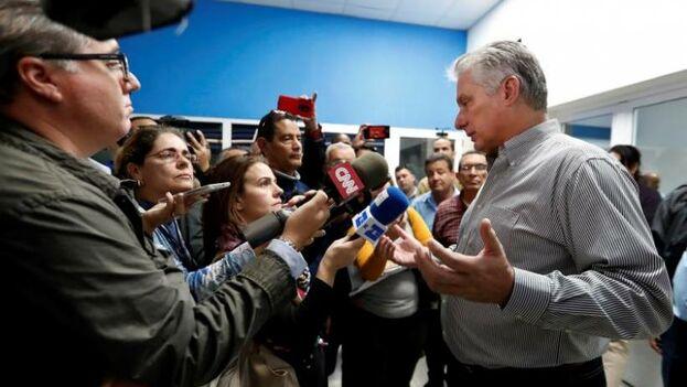 Miguel Diaz-Canel habla con la prensa nacional y extranjera durante un recorrido realizado por la provincia de Sancti Spíritus. (EFE/ Ernesto Mastrascusa)