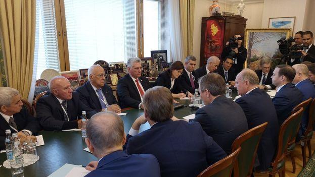 Miguel Díaz-Canel en un encuentro en Moscú con Viacheslav Volodin, presidente de la Duma, y Guennadi Ziuganov, presidente del Partido Comunista ruso. (DiazCanelB)