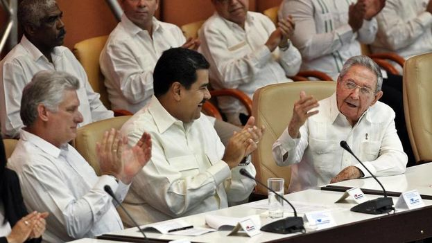 El mandatario cubano Raúl Castro (d), junto a su homólogo de Venezuela Nicolás Maduro (c) y el primer vicepresidente cubano Miguel Díaz-Canel (i) participan el lunes 10 de abril de 2017, en la clausura del XV Consejo Político de la Alianza Bolivariana para los Pueblos de Nuestra América - Tratado de Comercio de los Pueblos ALBA-TCP, en La Habana, Cuba. (EFE)
