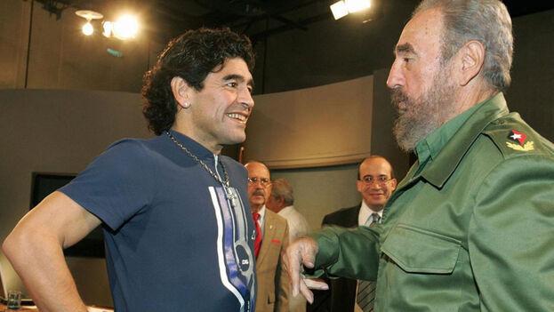 El exfutbolista argentino Diego Armando Maradona (i) y el expresidente cubano Fidel Castro (d) en 2005. (EFE)