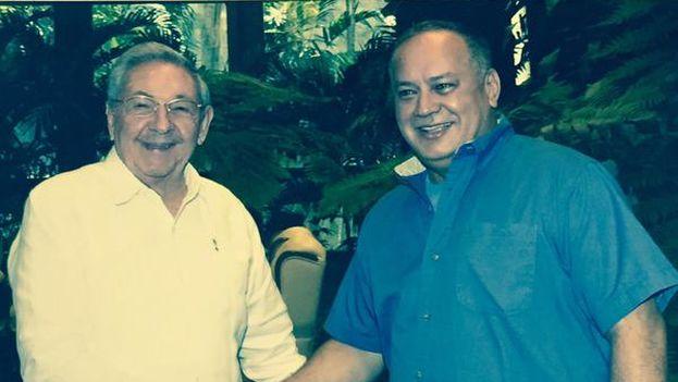 Diosdado Cabello junto a Raúl Castro en su visita a La Habana. (@dcabellor)