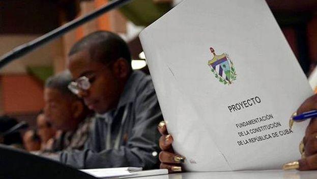 Diputados en la Asamblea Nacional discuten el proyecto de Reforma Constitucional. (Granma)