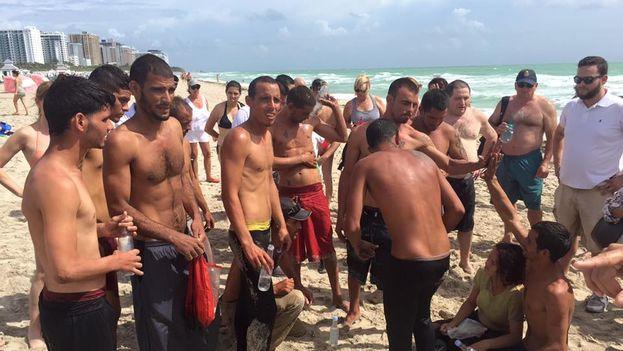 Doce balseros llegan a zona turística de Miami Beach. (Oscar Alfonso)