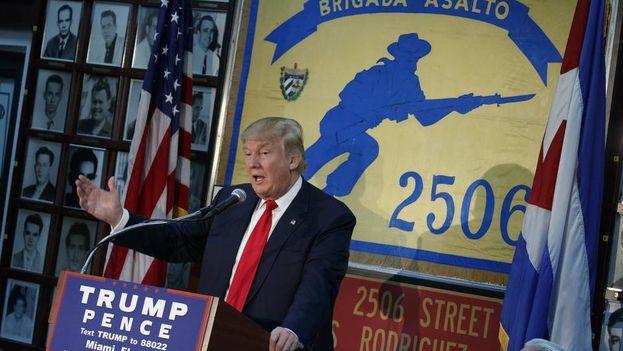 Donald J. Trump les habla a los cubanos exiliados miembros de la Brigada 2506. (Archivo)