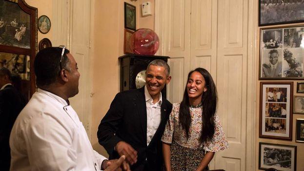 El presidente de EE UU, Barack Obama, y su hija Malia en un restaurante de La Habana este domingo. (Casa Blanca)