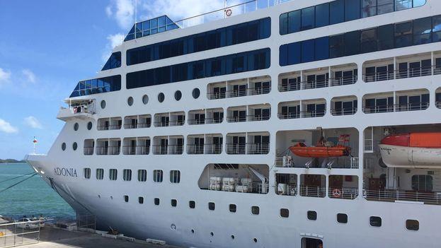 El crucero Adonia este sábado antes de zarpar de Miami para emprender el primer viaje de este tipo en 50 años entre EE UU y Cuba. (Rodolfo  Hernández, Camarografo y editor de video en Office of Cuba Broadcasting)