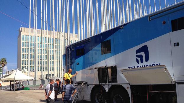 Los medios internacionales empezaron este jueves a desplegar sus equipos en torno a la embajada de EE UU en La Habana. (Luz Escobar)