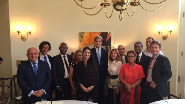 El secretario de Estado de EE UU, John Kerry, en su encuentro con disidentes esta tarde en La Habana
