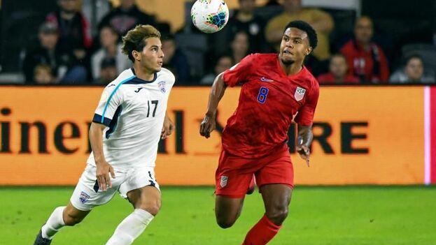 Josh Sargent de EE UU en acción contra Erick Rizo de Cuba durante el partido de fútbol de la Liga de Naciones CONCACAF. (EFE)