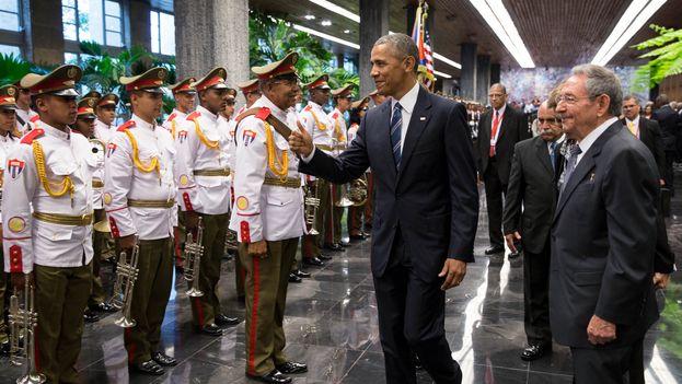 El presidente de EE UU, Barack Obama, y su homólogo cubano, Raúl Castro, este lunes en el Palacio de la Revolución de La Habana. (Casa Blanca)