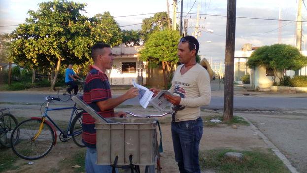 Lázaro Luis Ruiz Echevarría distribuyendo la publicación 'Panorama Pinareño' en la Calzada de la Coloma. (Ricardo Fernández/14ymedio)