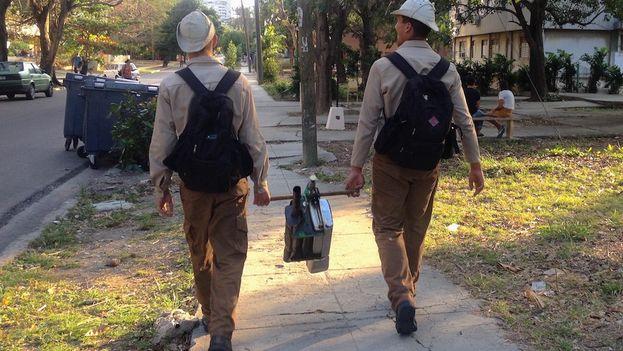Dos jóvenes del Ejército Juvenil del Trabajo con la 'motomochila' de fumigación. (14ymedio)