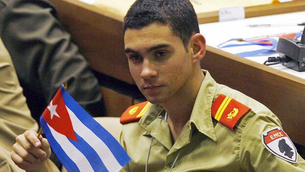 El niño Elián se convirtió con los años en un alumno militar en Cuba. Tras la muerte de Fidel Castro lo comparó con un superhéroe. (Archivo)