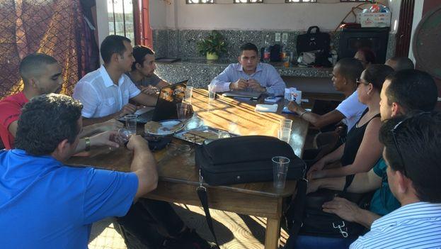 Eliécer Ávila junto al comité organizador de la Convención del movimiento Somos+