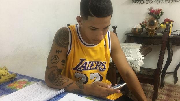 Eliezer Llorente en su casa de Luyano, La Habana. (14ymedio)