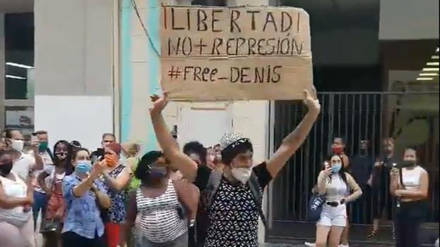 El joven Luis Robles Elizástegui realizó una protesta pacífica en el Boulevard de la calle San Rafael, en Centro Habana, a inicios de diciembre. (Captura)