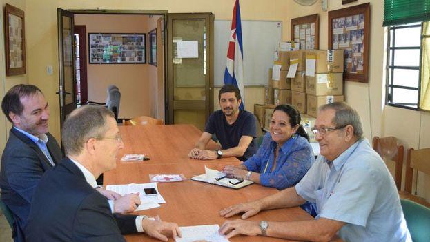 El embajador británico en La Habana, Antony Stokes (izquierda), en una visita este lunes a la sede de la Cruz Roja Cubana. (British Embassy Havana)