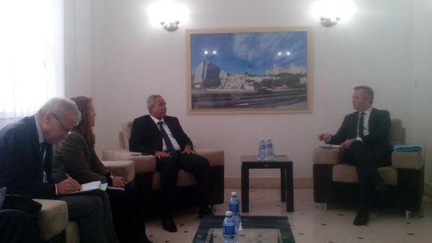Encuentro entre Ricardo Cabrisas y el secretario de Estado del Comercio Exterior y el Turismo de Francia, Jean-Baptiste Lemoyne. (Minrex)