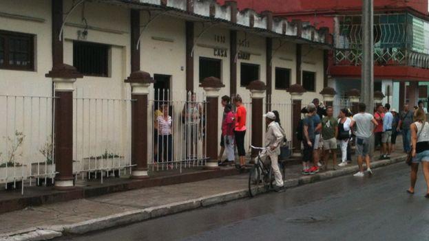 Entrada de turistas a la fábrica de Guayabita del Pinar. (Juan Carlos Fernández/14ymedio)