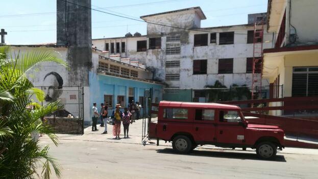 Entrada de la escuela José Martí, en Playa, donde esta mañana tres niños resultaron lesionados por un derrumbe. (14ymedio)