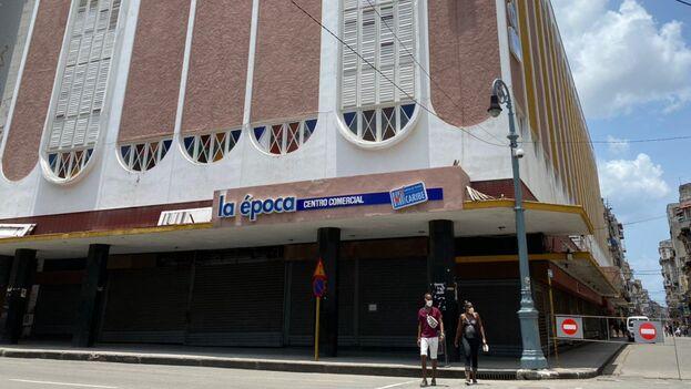 La tienda La Época, donde se ha detectado un brote de covid-19, estaba cerrada este miércoles. (14ymedio)
